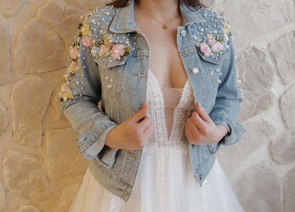 Boho Accessoires bestickte Jeansjacke für die Braut bei Boho Bride Boutique in Gommiswald